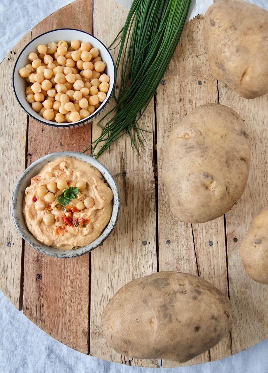 Gefüllte Ofenkartoffeln mit Harissa-Hummus, Kurkuma-Spinat, Kichererbsen und Feta