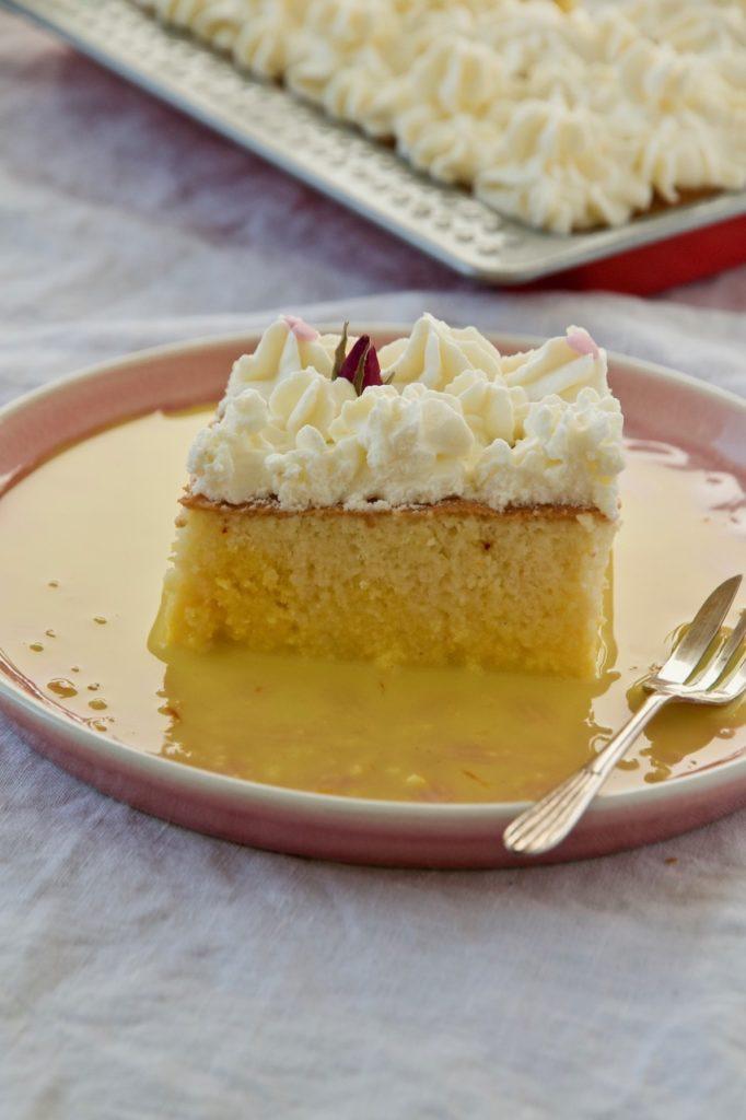 Tres Leches Milchkuchen mit Safran und Rosenwasser کیک خیس زعفرانی