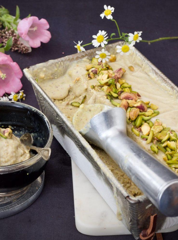 Pistazien-Kardamom-Eis mit gerösteten Pistazien
